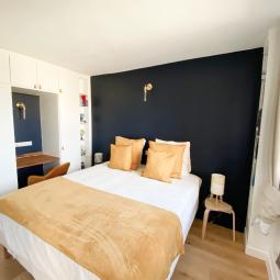 chambre renovée peinture bleue